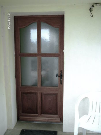 Porte d'entrée vitrée en bois exotique moulure petit cadre chapeau de gendarme