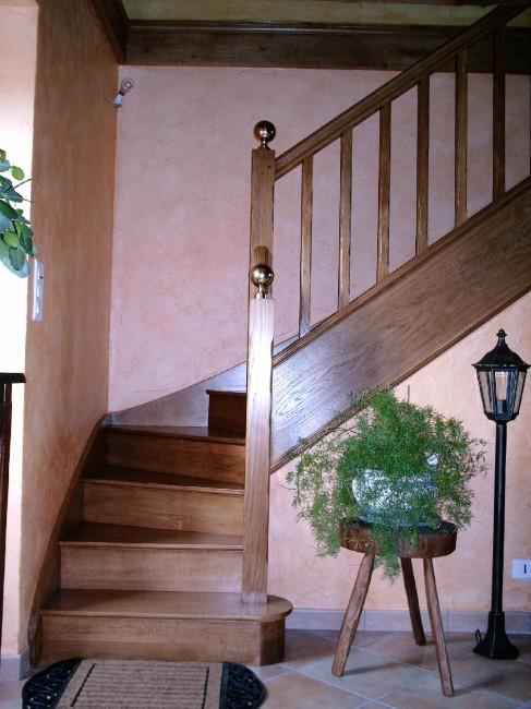 Escalier en chene quart tournant a droite marches et contre marches balustres en bois