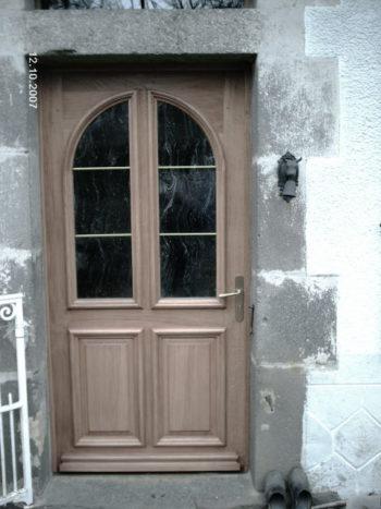 Porte d'entrée en chene vitrée moulure grand cadre chapeau de gendarme