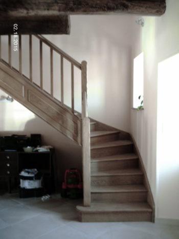 Escalier en chene quart tournant a gauche marches et contre marches balustres bois