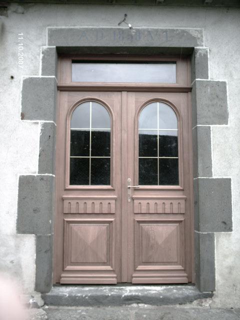 Porte d'entrée en chene double vantaux vitrée moulures grand cadre plein cintre