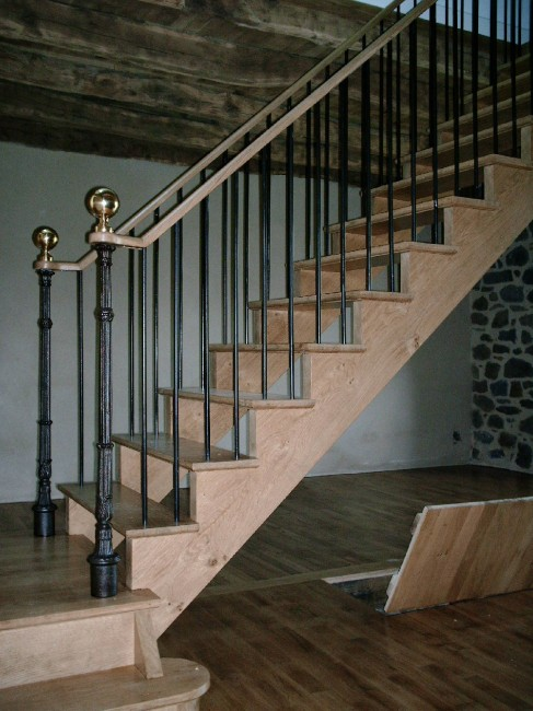 Escalier en chene limon a l'anglaise sans contre marches balustres fer